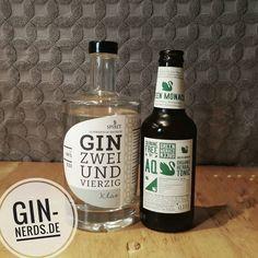 Der klare Gin Zweiundvierzig hat uns überzeugt. Auch wenn er eher an Grappa oder Obstler erinnert ist er eine schöne Spirituose. Mit dem Aqua Monaco Green passt er sehr gut zusammen.