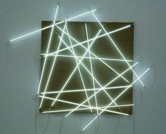 Les 16 côtés du carré François Morellet Date : 2001  Dimension : 300 x 315 cm (carré 200 x 200)  Toile brute sur bois, 16 tubes argon blanc © Adagp, Paris, 2007
