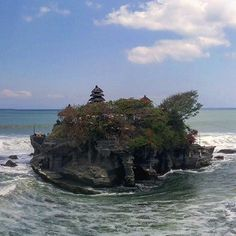 Tanah Lot Temple is magnificent, it can only be accessed during low tide.  #view #tourist #asia #indonesia #bali #travelphotography #traveltheworld #islandlife #honeymoon #traveltheworld #travelgram #wanderlust #bucketlist #travelholic #sea #ocean #photooftheday