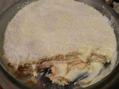 4 pacotes de biscoito maizena tradicional ou sabor chocolate  - 2 latas de leite condensado  - 1 1/2 colher de sopa de maizena  - 1 lata de creme de leite  - 1 pacote de coco ralado  - Leite (o suficiente para molhar os biscoitos)  - 1 gema