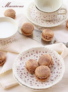 Pretty Chocolate Macarons - scroll down for recipe Chinease Food Recipe, Macarons, Just Desserts, Delicious Desserts, English Food, Tea Cakes, Pinterest Recipes, Desert Recipes, Cookie Recipes