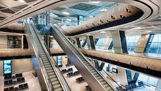 """El diseño de Autoban, abarca todos los espacios destinados a pasajeros de la terminal e incluye unas sorprendentes """"burbujas"""" de madera, construidas utilizando chapa de roble blanco."""