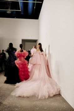 See all the Backstage photos from Giambattista Valli Spring/Summer 2019 Couture now on British Vogue Haute Couture Dresses, Couture Fashion, Nice Dresses, Prom Dresses, Summer Dresses, Bandage Dresses, Vogue Fashion, High Fashion, Fashion Spring