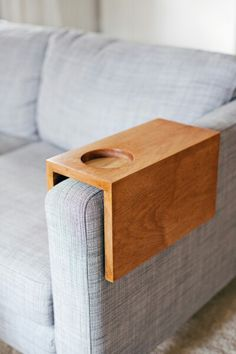 . Bandeja Sofa, Diy Wood Projects, Woodworking Projects, Woodworking Shop, Woodworking Plans, Wood Crafts, Sofa Arm Table, Arm Rest Table, Wooden Couch