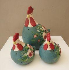 FAMÍLIA DE GALINHAS FLORAL Living Room Entertainment Center, Gourd Art, Coq, Ceramic Painting, Gourds, Artist At Work, Diy And Crafts, Cool Designs, Chicken