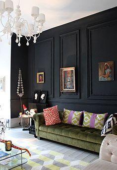 Hoewel het nog officieel winter is, staat de lente voor de deur. Dat betekent voor velen traditiegetrouw een opfrisbeurt van het interieur. Waarbij de meesten zullen denken aan fijne pasteltinten gaan wij voor iets rigoureus. We hebben het over de donkerste kleur die je kunt gebruiken: zwart.