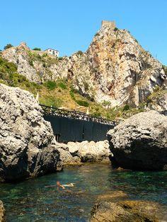 """Forza d'Agrò (ME) - La zona delle """"piscinette"""" sotto Capo Sant'Alessio e il suo castello saraceno   da Lorenzo Sturiale"""