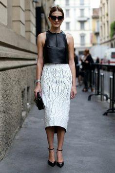 la jupe moderne de couleur blanc, jupe patineuse, jupe fourreau, lunettes de soleil