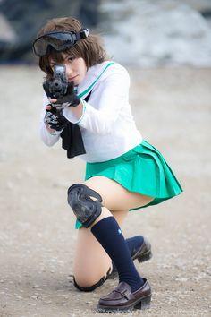 """""""先日のDMMさん企業サバゲーのお写真頂きました!秋山殿・・・大洗の制服は凄く目立つからサバゲ―には向いていなかったよw 撮影:ノブさん"""" Female Pose Reference, Pose Reference Photo, Cute Cosplay, Cosplay Girls, Japonese Girl, Gunslinger Girl, Fighting Poses, School Girl Japan, Figure Poses"""