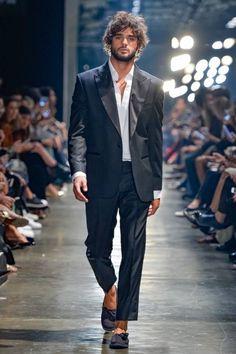 El balance perfecto de la sastrería y el traje de baño se presenta en la colección de primavera/verano 2017 de Murilo Lomas en la semana de la moda de Sao Paulo