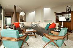 décoration vintage, fauteuils en bois et textile, tapis beige moelleux et sofa gris