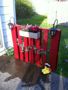 Outdoor Pallet Projects Small diy fence made from pallette. More - Wood Pallet Beds and Gorgeous Wood Ideas Diy Fence, Backyard Fences, Backyard Projects, Outdoor Projects, Garden Projects, Fence Ideas, Garden Ideas, Fence Landscaping, Fence Gate