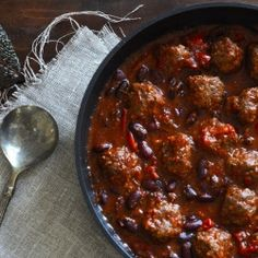 The traditional chili con carne made with a twist - tasteful meatballs in a tomato sauce with beans and lots of chili (in Danish)