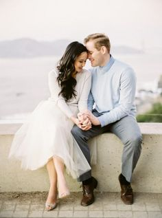 Incredible Golden Gate Bridge Engagement Session in San Francisco Informations About San Francisco Golde. Casual Engagement Photos, Engagement Photo Outfits, Engagement Photo Inspiration, Engagement Couple, Engagement Shoots, Engagement Tips, Country Engagement, Wedding Engagement, Couple Photography