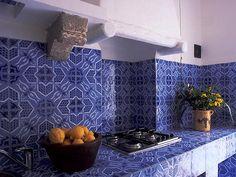 Cucina in muratura con decoro Blu Eoliano  #ceramics #pottery #design http://www.ceramichefratantoni.it/index.php