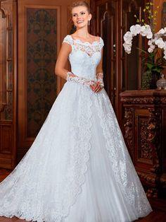 Vestido de noiva rodado, decote ombro a ombro, cauda fixa e cinto fixo.