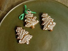 Christmas Tree Cookies, Christmas Gingerbread House, Iced Cookies, Holiday Cookies, Christmas Desserts, Christmas Treats, Gingerbread Cookies, Cookies Et Biscuits, Bolacha Cookies