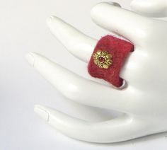 Blüten-Filzring dunkelrot-gold von soschoen auf DaWanda.com