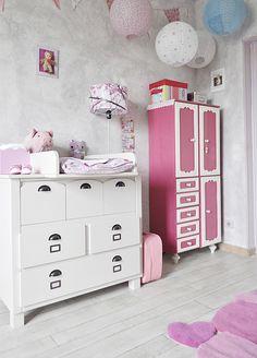 un tapis en forme de coeurs roses pour une chambre de bebe