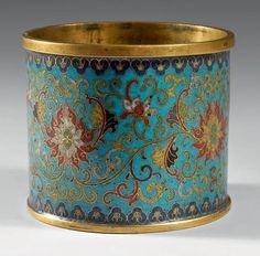"""PORTE-PINCEAUX """"bitong"""" en bronze doré et émaux cloisonnés à fond bleu décoré en polychromie de fleurs de lotus et rinceaux feuillagés entre deux frises de lingzhi. Au revers de la base, la marque Qianlong dans un cartouche en bronze doré entouré de fleurs de cerisier. Chine, époque Qianlong (1736-1795). Hauteur: 10,3 cm Diamètre: 12,1 cm"""