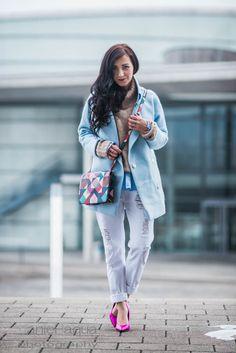 Outfit mit hellblauem Mantel von Dezzal, weißer Boyfriend Jeans/distressed Jeans, Pumps in pink von Buffalo und Tasche von Aigner | https://juliesdresscode.de | #ootd #fashionblogger #fashionblogger_de #outfit
