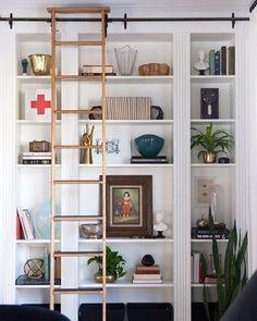 Solução dois em um para aproveitar melhor o espaço de casa: aqui, as prateleiras são embutidas na parede e a escada de correr permite…