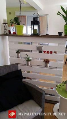 Here is a zonal separator for the living room made with a single pallet. Home Design Diy, House Design, Pallet Room, Pallet House, Small Flat Decor, Pallet Wardrobe, Rental Home Decor, Shed Decor, Diy Pallet Furniture