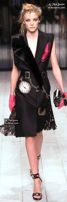 The complete Alexander McQueen Fall 2016 Ready-to-Wear fashion show now on Vogue Runway. Star Fashion, Runway Fashion, Fashion Show, Fashion Design, London Fashion, Fashion Prints, Street Fashion, Alexander Mcqueen, Sarah Burton