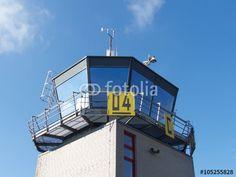 Blauer Himmel über dem Kontrollturm und Tower des Segelflugplatz in Oerlinghausen bei Bielefeld