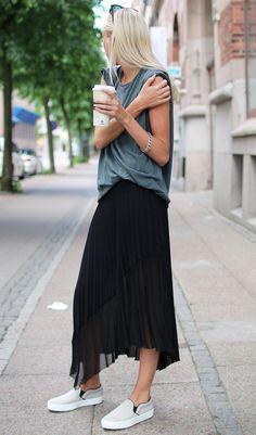 grey-tshirt-black-skirt-starbucks
