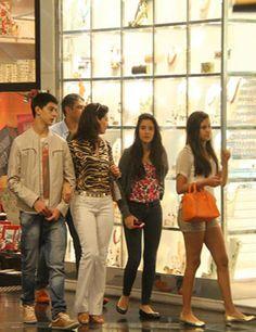 William Bonner e Fátima Bernardes passeiam no shopping com os trigêmeos   y_entretenimento - Yahoo! OMG! Brasil