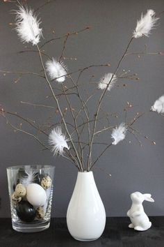 Buy the most beautiful Easter decoration cheap- Die schönste Osterdeko günstig kaufen Easter branches with feathers - Rama Seca, Diy Ostern, Deco Floral, Deco Table, Decoration Table, Diy Spring Decorations, Easter Crafts, Easter Decor, Easter Ideas