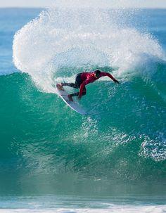 O surfista Wiggolly Dantas fazendo manobras no J-Bay Open
