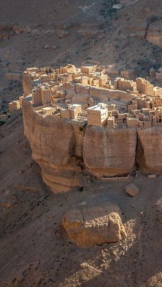 Village insolite Haid Al-Jazil, Yémen A beautiful village of Yemen with real buildings built only with mud and wood. Ancient Buildings, Ancient Architecture, Amazing Architecture, Places To Travel, Places To See, Places Around The World, Around The Worlds, Beautiful World, Beautiful Places