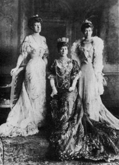 Queen Alexandra with her Daughters at Windsor Castle, June 15, 1905 Scanned fromVictorian and Edwardian Fashionby Alison Gernsheim.