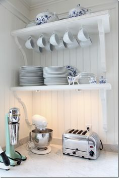 Flawless 9 Brilliant Farmhouse Dish Rack Design Ideas You Must Try The kitchen is arguably one of the rooms in the house that is full of busyness every day. A mother spends most of her time in the kitchen cooking deli. Farmhouse Dish Racks, Wainscoting Styles, Wainscoting Nursery, Wainscoting Kitchen, Painted Wainscoting, Beadboard Backsplash, Cocinas Kitchen, Rack Design, Kitchen Shelves