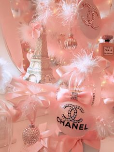 ♡Isn't this picture just amazing girly goals.There's lots of pink feathers just what anyone would want to be fancy.Chanel perfumes and an Eiffel tower ♡ Rose Gold Aesthetic, Baby Pink Aesthetic, Aesthetic Vintage, Makeup Aesthetic, Aesthetic Dark, Aesthetic Pastel Wallpaper, Aesthetic Wallpapers, Doodle Pattern, Parfum Chanel