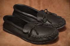 Black moose moccasin with a crepe sole. Daily Fashion, Mens Fashion, Men's Footwear, Moccasins, Moose, Canada, Flats, Leather, Moda Masculina