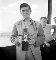 Stanley Kubrick, Self-Portrait on a boat, Palisades Amusement Park (New Jersey), 26 June 1946 y. old) Kubrick was not yet 17 years old when he joined the staff of photographers at Look, an illustrated magazine. Robert Frank, New Jersey, Stanley Kubrick Photography, Palisades Amusement Park, Fritz Lang, Film Director, Rare Photos, Famous Faces, Beautiful Celebrities