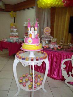 Festa princesa, 2 anos. Topo do bolo feito com biscuit cobrindo uma lata de leite e rolos de papel filme