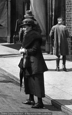 Gloucester, Lady In Northgate 1923 #vintagefashion #francisfrith Stylish Hats, Dapper Men, Boys Wear, Roaring Twenties, Old London, Boater, Gloucester, Edwardian Era, Female Images