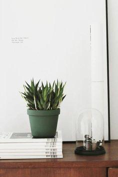 Chez Anna Pirkola, designer finlandaise et blogueuse de da daa., design et élégance se mêlent avec la pureté du blanc, le chic du noir, le naturel du bois et la douceur de quelques touches de bleu,…