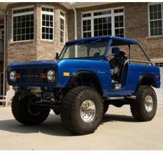 Classic Ford Bronco with a neat roll cage and top. 1951 Chevy Truck, Pickup Trucks, Chevy Trucks, Pickup Auto, Big Trucks, Old Ford Bronco, Bronco Truck, Early Bronco, Bronco 2
