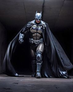 Julian Checkley Batman cosplay based on Batman: Arkham Origins. Set when Batman was new to the masked vigilante thing, the costume is a heavier suit with more armor plating for a not-so-sure-of-himself hero. Batman Vs Superman, Batman Suit, Spiderman, I Am Batman, Batman Begins, Batman Armor, Batman 2017, Batman Cowl, Batman Robin