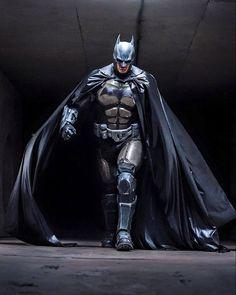 Julian Checkley Batman cosplay based on Batman: Arkham Origins. Set when Batman was new to the masked vigilante thing, the costume is a heavier suit with more armor plating for a not-so-sure-of-himself hero. Batman Vs Superman, Batman Suit, I Am Batman, Batman Begins, Spiderman, Batman Armor, Batman 2017, Batman Cowl, Batman Robin
