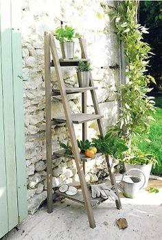 bricolage de jardin tag re porte plantes en vieil escabeau plus d 39 id es escabeau en bois. Black Bedroom Furniture Sets. Home Design Ideas