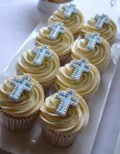 Little Paper Cakes Baptism Cupcakes, Baptism Cookies, Easter Cupcakes, Religious Cakes, First Communion Cakes, Confirmation Cakes, Paper Cake, Yummy Cupcakes, Macaron