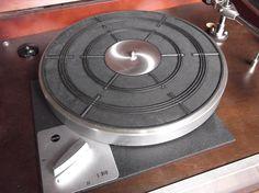 こんばんは。整備中の古い普及型アイドラー・ドライブ・ターンテーブルです。いい感じになってきましたので音溝を回して楽しんでいます。ZAPPA/BEEFHEA...