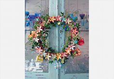O guarda-louça mineiro ficou ainda mais charmoso com a guirlanda produzida por Mônica Padovan e Suzana Paes de Almeida, do ateliê Luzearte. A peça, com ramagens,é decorada com minicerâmicas pintadas à mão (flores e xícaras)