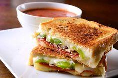 Mejora tu comida en el trabajo o tu cena improvisada con estos deliciosas ideas para preparar sándwiches. ¡Te van a encantar!Sándwich de queso a la parrillaNecesitas 3 ingredientes para preparar el sándwich más quesoso de todos.